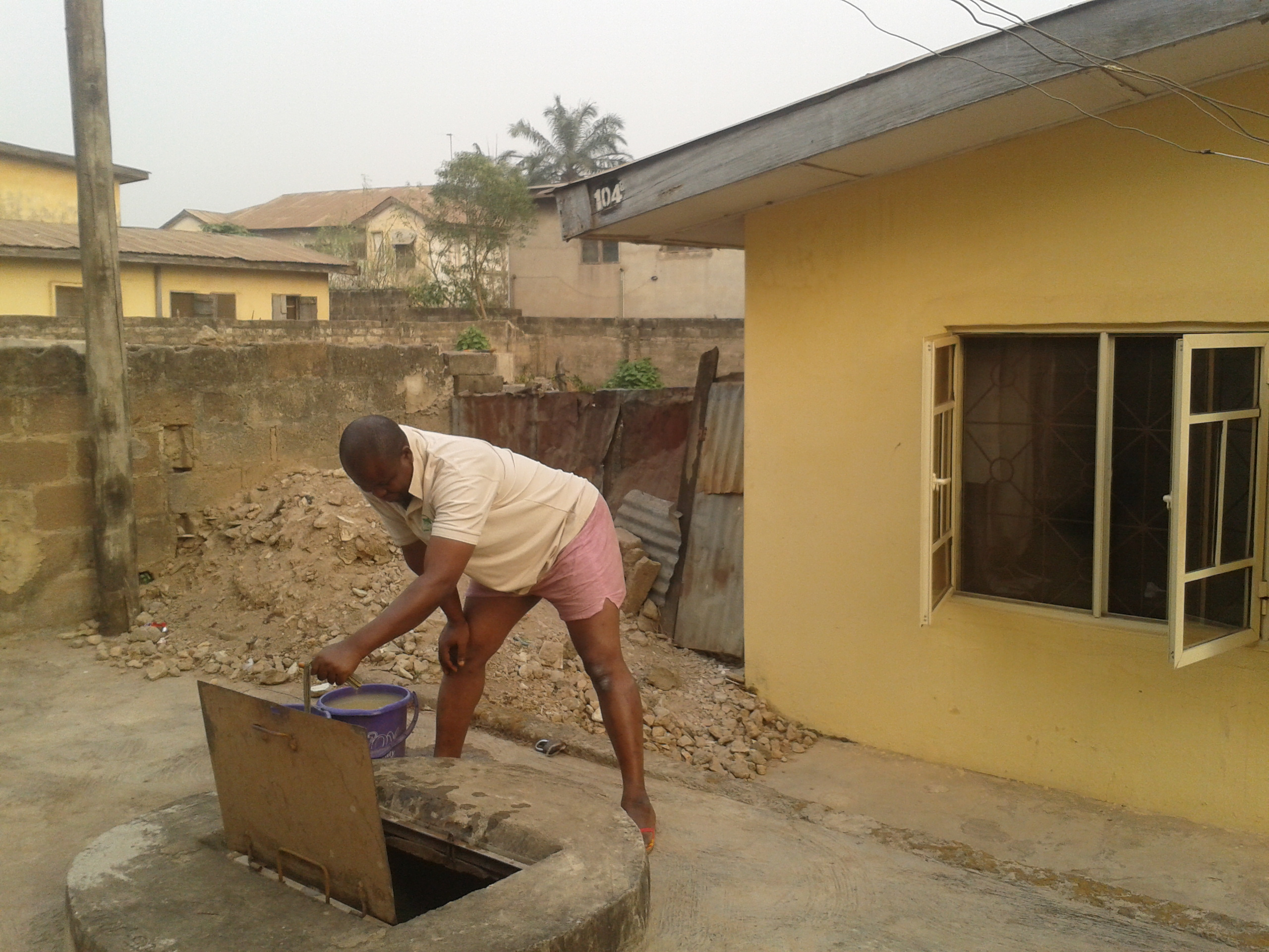 Fi fa kànga - Fetching water from the well.  Courtesy: @theyorubablog
